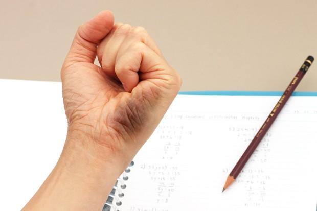 A balkezes írás. Miért kell speciális balkezes íróeszközt használnom?